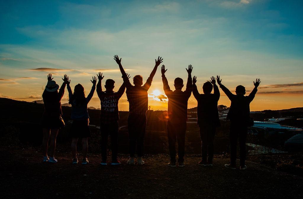 Menschen im Sonnenuntergang
